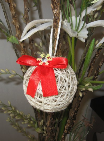 Palline di Natale con filo di lana panna e fiocco rosso