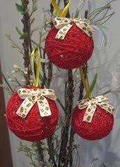 Palline di Natale con filo di lana rosso e fiocco panna