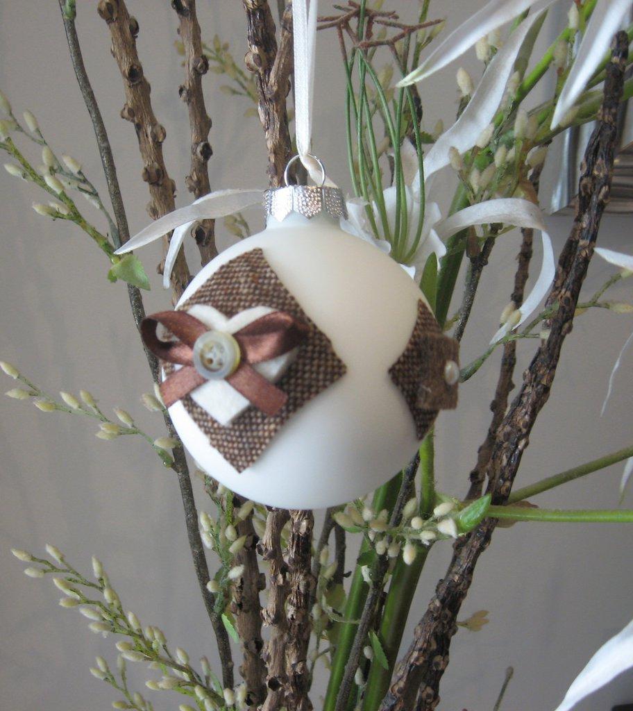 Palline di Natale in vetro bianco e decori in tonalità marrone e panna