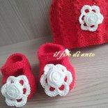 Cappello e scarpine in lana con fiori/idea regalo