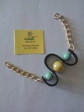 Bracciale con catena in alluminio dorato ed elemento centrale in caucciù e ceramica