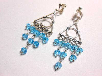 Orecchini pendenti  a clips con cristalli azzurri , idea regalo.
