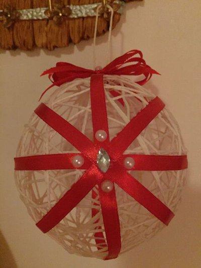Pallina di Natale in filo di cotone, raso e strass