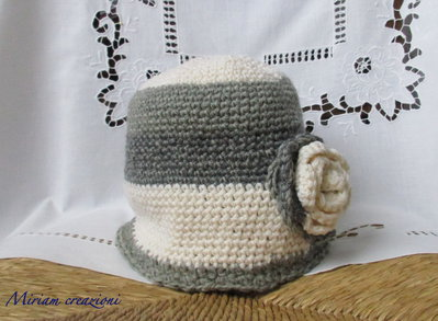 Cappellino cuffiotto di lana con rosa