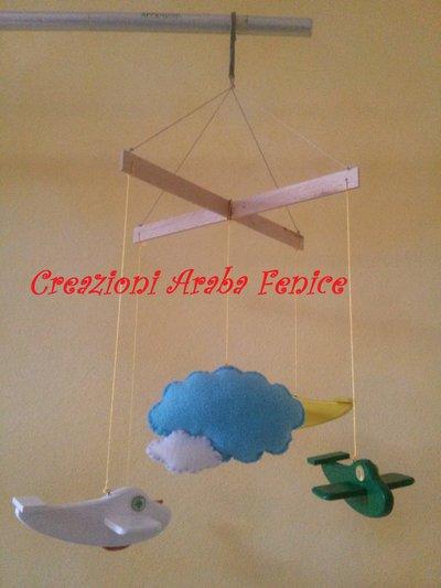 Giostrina per bambini con aerei in legno e nuvola in pannolenci fatto a mano