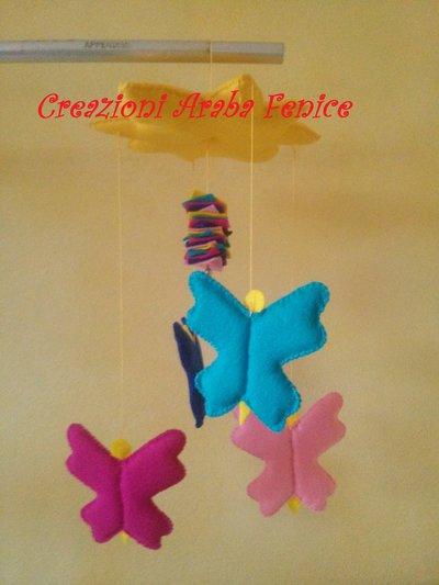 Giostrina per bambini con sole e farfalle in pannolenci fatto a mano