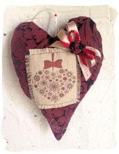 Elegante cuore in tessuto damascato bordeaux