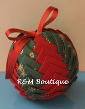 Pallina di natale di tessuto fatta a mano - modello medio - verde e rossa