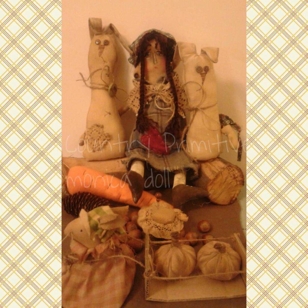 Bambola di stoffa country primitive con coniglietti
