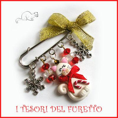 """Spilla Natale """" Gattino bianco e rosso e fiocchi di neve """" in"""" fimo cernit Accessori idea regalo Bambina ragazza borse cappotti"""