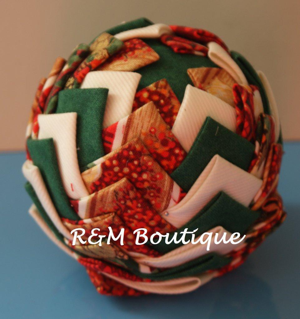 Pallina di natale di tessuto fatta a mano - modello medio - verde, panna e rossa