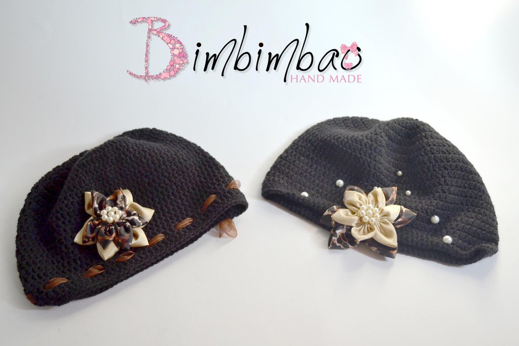 cappellini uncinetti fatti a mano in lana con fiore centrale maculato e perle crochet baby