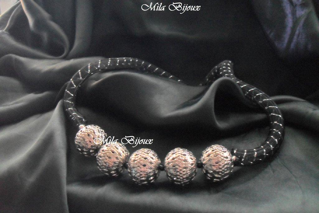 collana rete nera e sfere metalliche