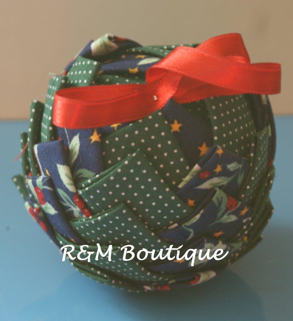Pallina di natale di tessuto fatta a mano - modello medio - verde e blu