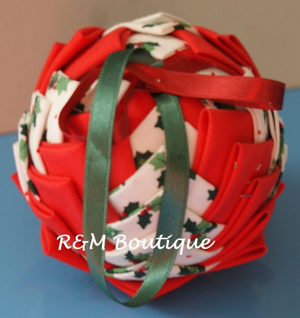 Pallina di natale di tessuto fatta a mano - modello medio - rossa e bianca