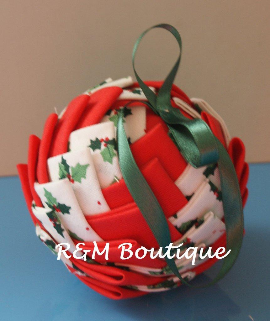 Pallina di natale di tessuto fatta a mano - modello medio - bianco e rossa
