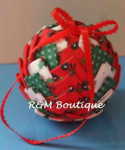 Pallina di natale di tessuto fatta a mano - modello medio - verde, bianca e rossa