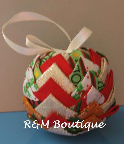 Pallina di natale di tessuto fatta a mano - modello medio - oro, bianco e rossa.
