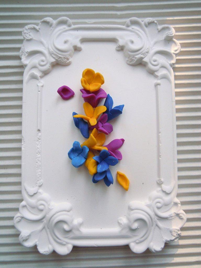 cornice in gesso anticata con decori in fimo