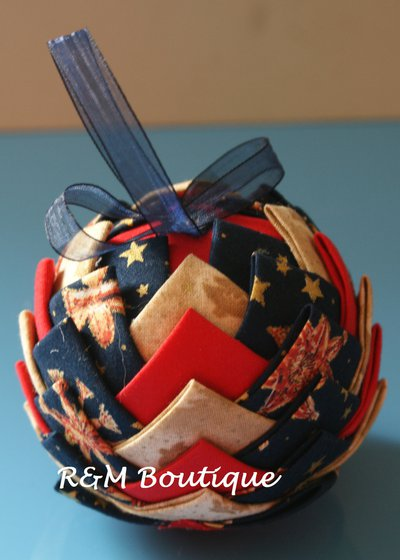 Pallina di natale di tessuto fatta a mano - modello medio -  blu, beige e rossa