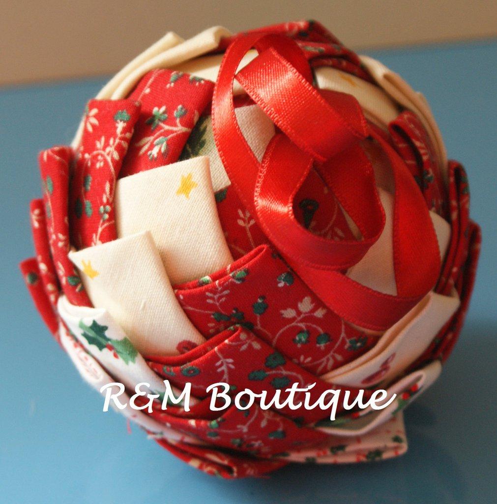 Pallina di natale di tessuto fatta a mano - modello medio - panna e rossa