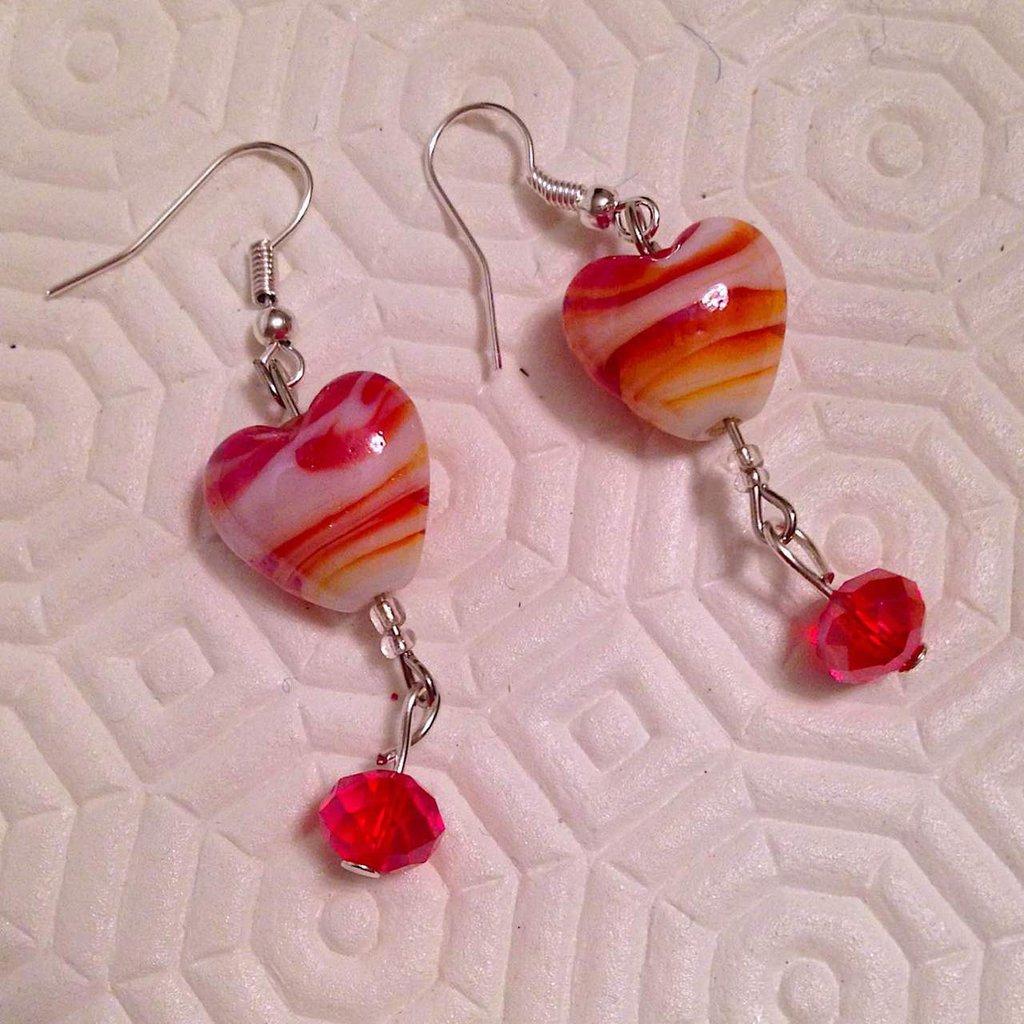 Orecchini pendenti con cuori e perline sfaccettate nelle sfumature del rosso, fatti a mano