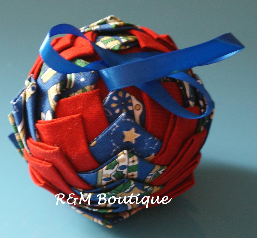 Pallina di natale di tessuto fatta a mano - modello medio - blu e rossa