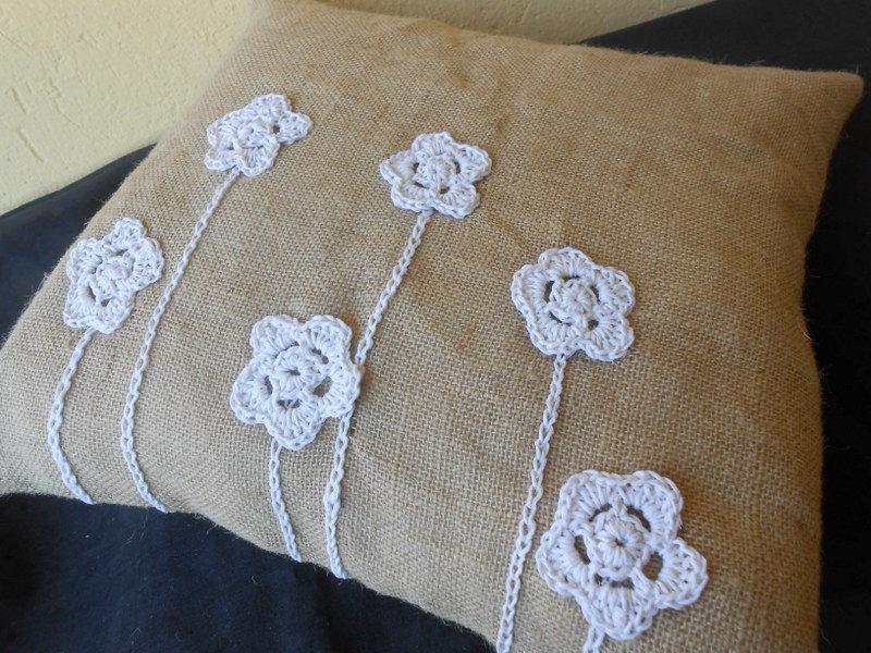 Cuscino  Pizzo e Balla in juta e fiori crochet ecrù , idea shabby.