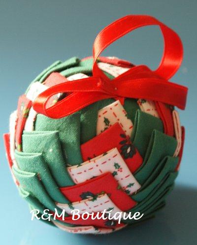 Pallina di natale di tessuto fatta a mano - modello medio - rossa, bianca e verde