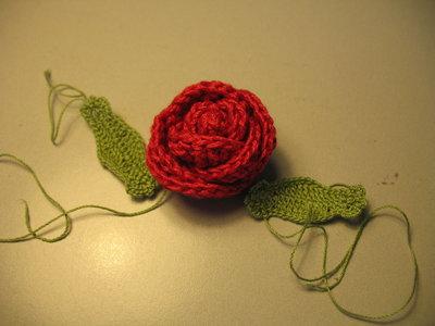 Fiori all'uncinetto: rosa rossa