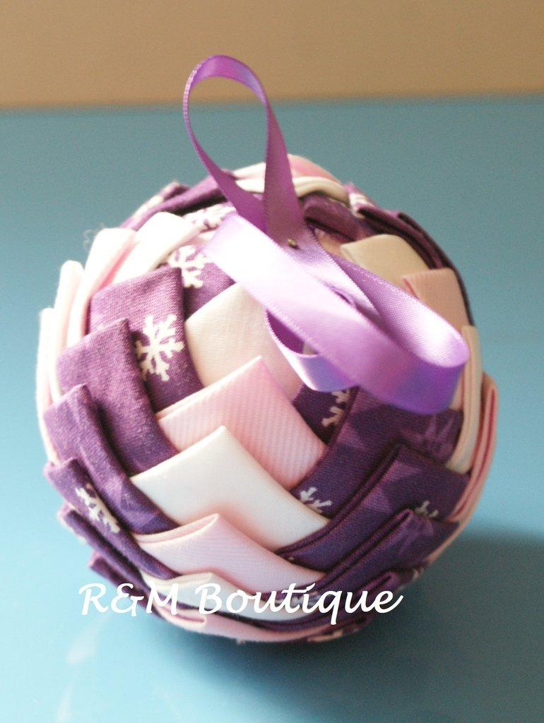 Pallina di natale di tessuto fatta a mano - modello medio - viola e rosa