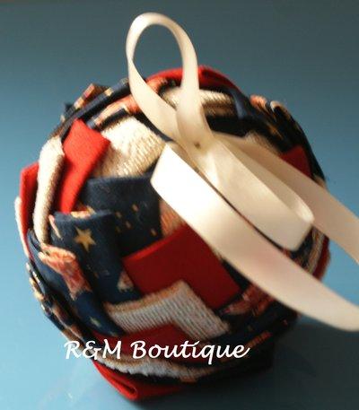 Pallina di natale di tessuto fatta a mano - modello medio - oro, blu e rosso