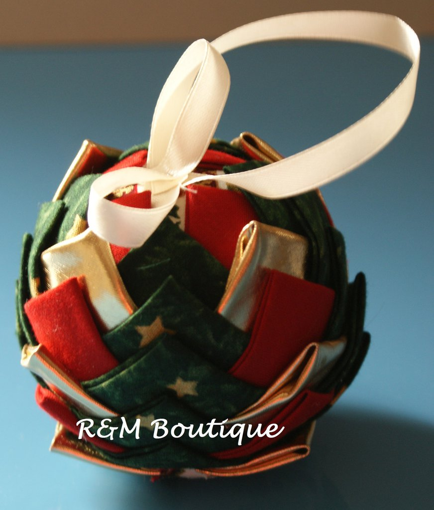 Pallina di natale di tessuto fatta a mano - modello medio - verde oro e rosso