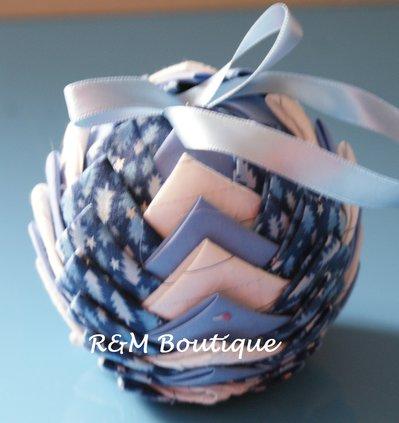 Pallina di natale di tessuto fatta a mano - modello medio - azzurro, argento e bianco
