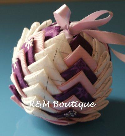 Pallina di natale di tessuto fatta a mano - modello medio - viola, bianca e rosa