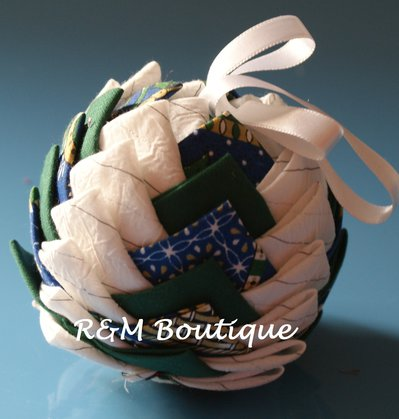 Pallina di natale di tessuto fatta a mano - modello medio - verde blu e bianco