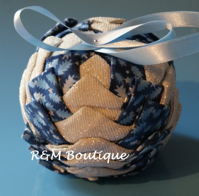 Pallina di natale di tessuto fatta a mano - modello medio - argento e blu