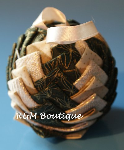 Pallina di natale di tessuto fatta a mano - modello medio - verde e oro