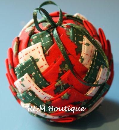 Pallina di natale di tessuto fatta a mano - modello medio - rossa, verde e bianca