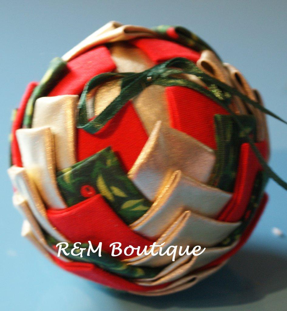 Pallina di natale di tessuto fatta a mano - modello medio - oro, verde e rosso