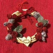 Ghirlanda natalizia con rose decorative