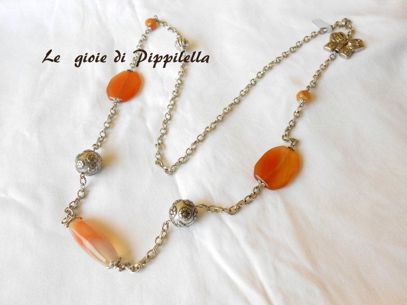 Lunga collana con agate arancioni e farfalla.