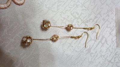 orecchini pendenti con palline di swarovski e cobra color oro