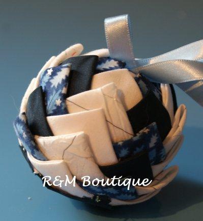 Pallina di natale di tessuto fatta a mano - modello piccolo - azzurro, blu e bianco