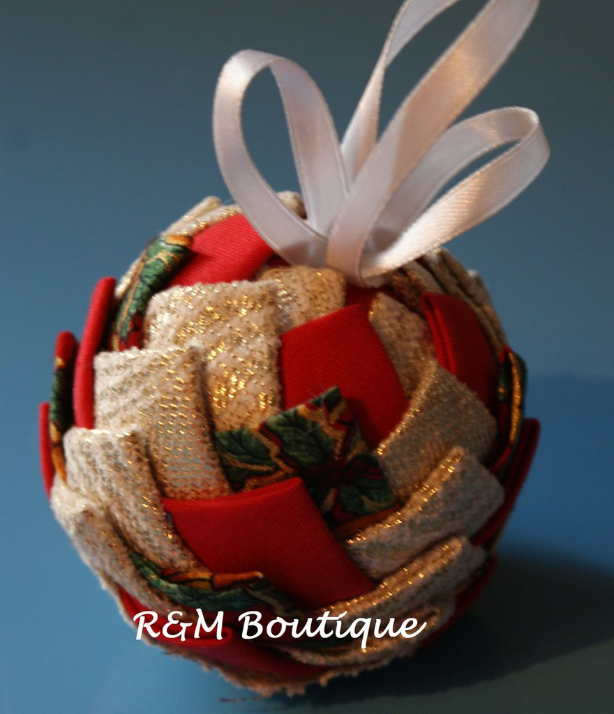 Pallina di natale di tessuto fatta a mano - modello piccolo - oro, rosso e verde