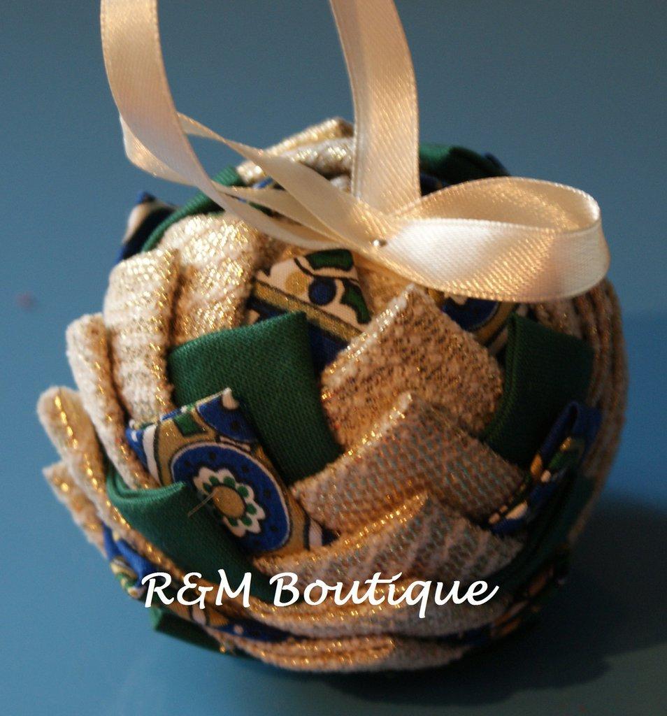Pallina di natale di tessuto fatta a mano - modello piccolo - verde, blu e oro