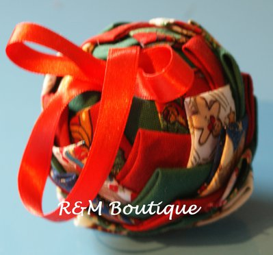 Pallina di natale di tessuto fatta a mano - modello piccolo - verde, bianco e rosso