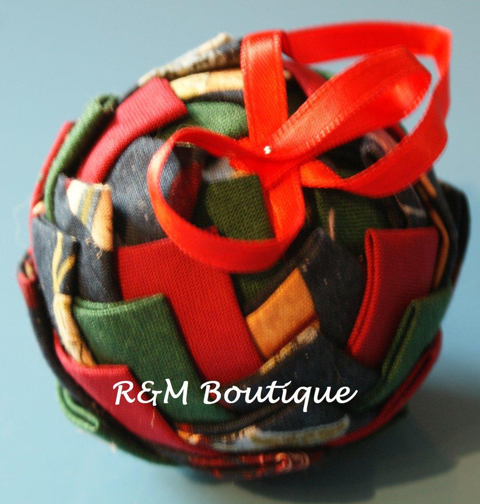 Pallina di natale di tessuto fatta a mano - modello piccolo - verde, rosso e blu