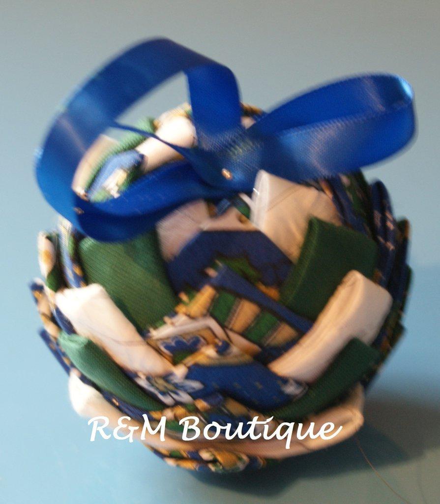 Pallina di natale di tessuto fatta a mano - modello piccolo - verde, blu e bianco