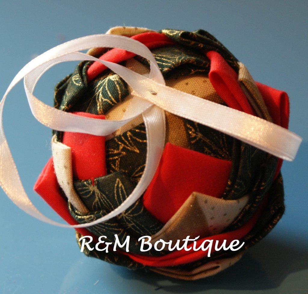Pallina di natale di tessuto fatta a mano - modello piccolo - verde, rosso e oro